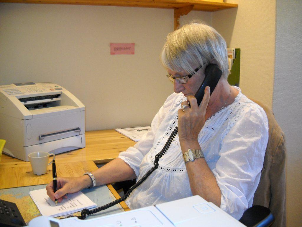 Kari Olsen svarer på telefoner fra lytterne under våre faste aksjoner.